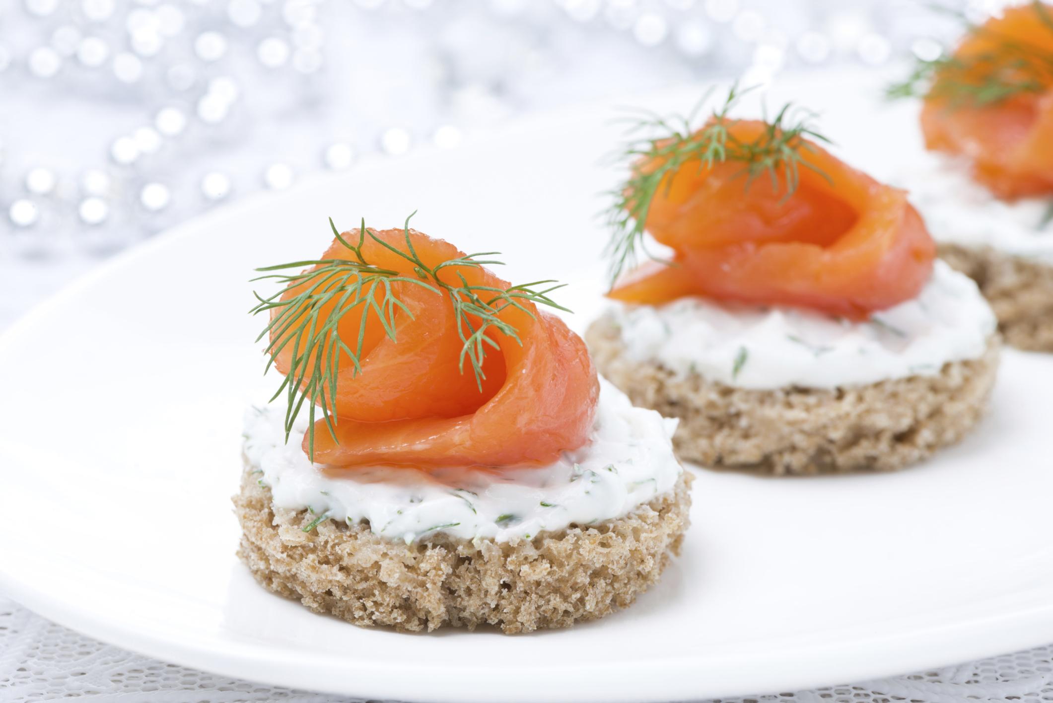 Canapés con salmón ahumado y feta