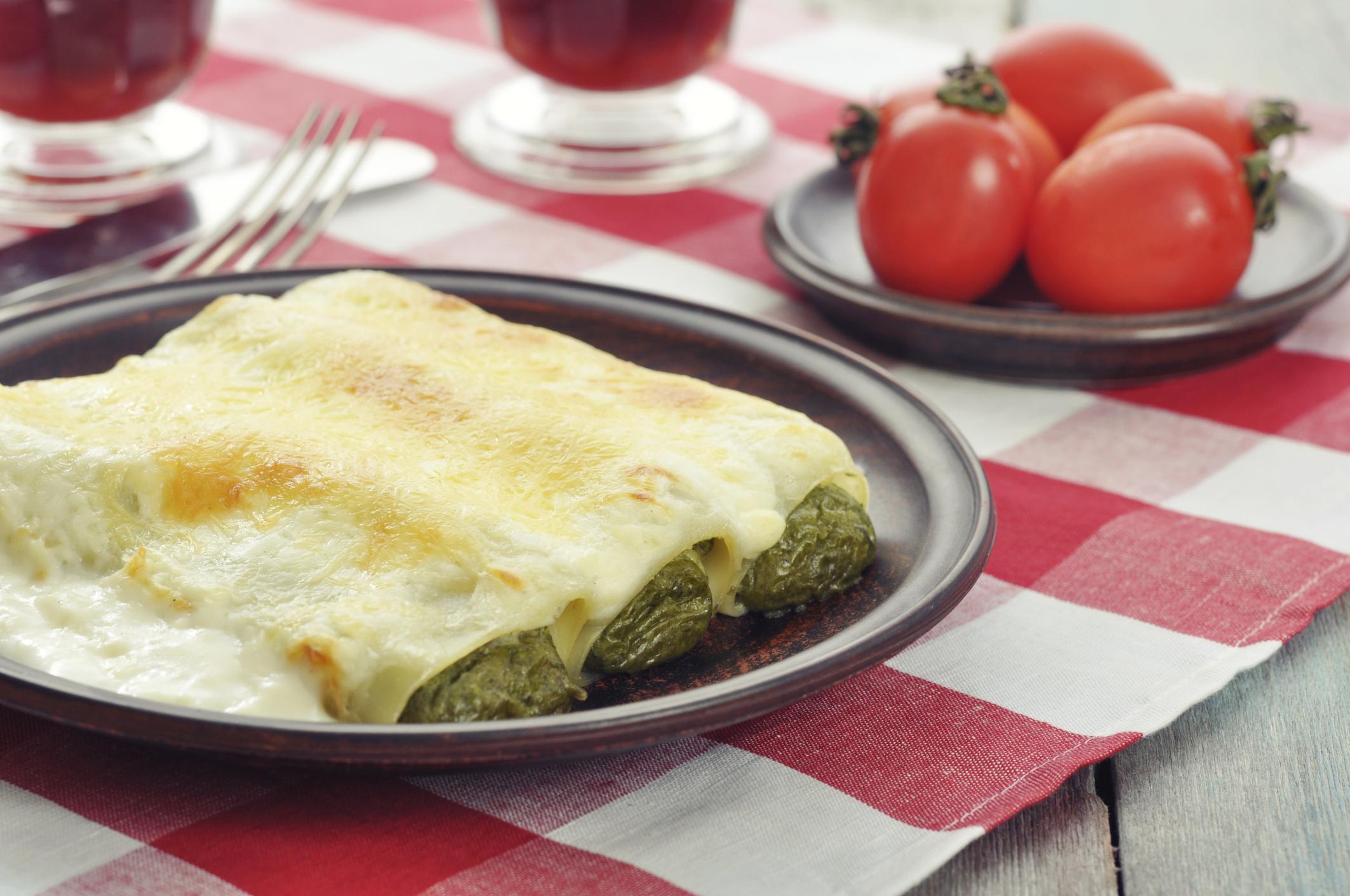 Canelones de espinacas con queso y bechamel