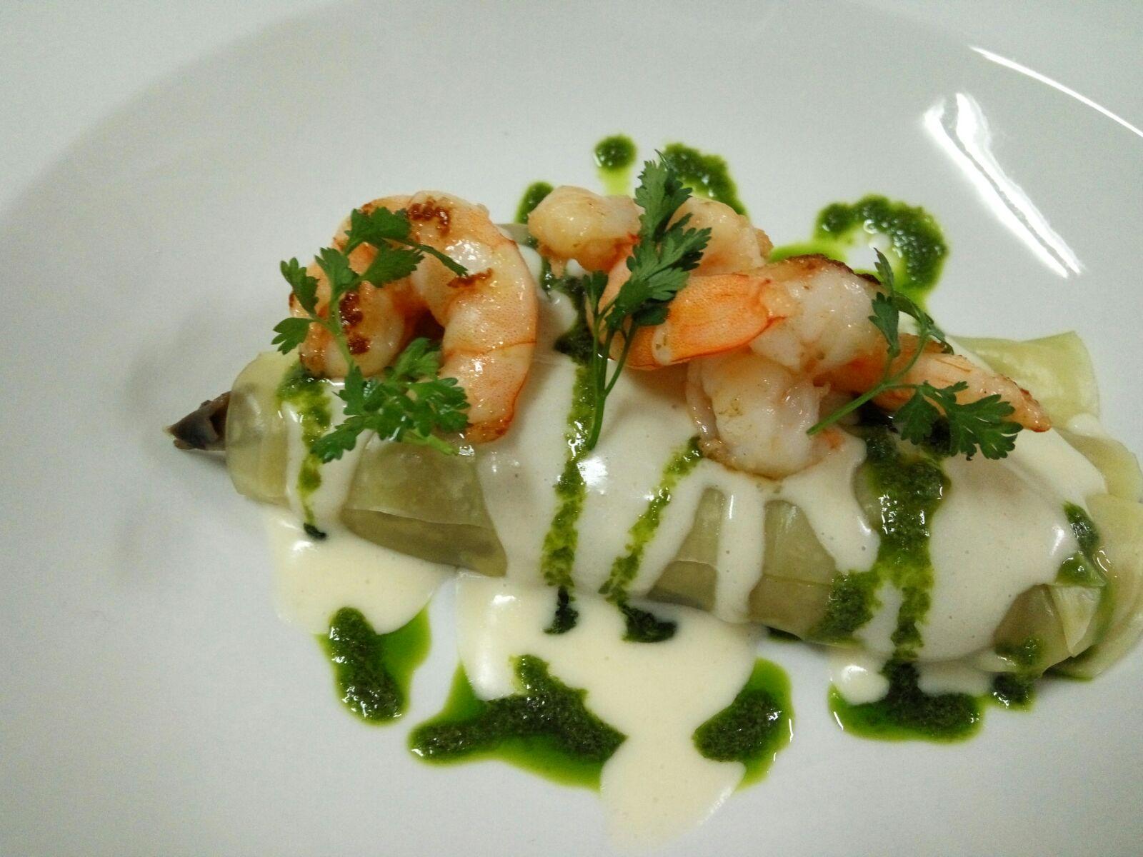 Langostinos Sauté con canelones rellenos de verdura con bacalao y salsa de queso Manchego