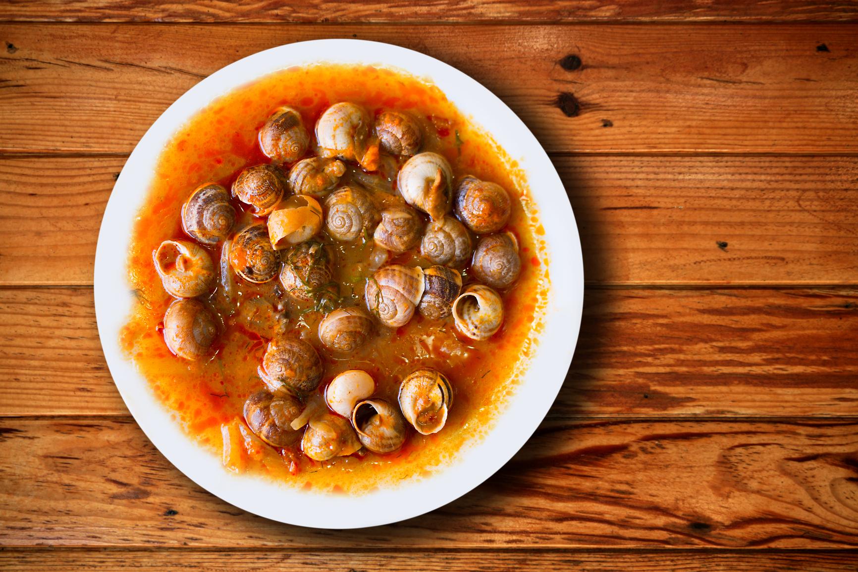 Caracoles pequeños en salsa picantona