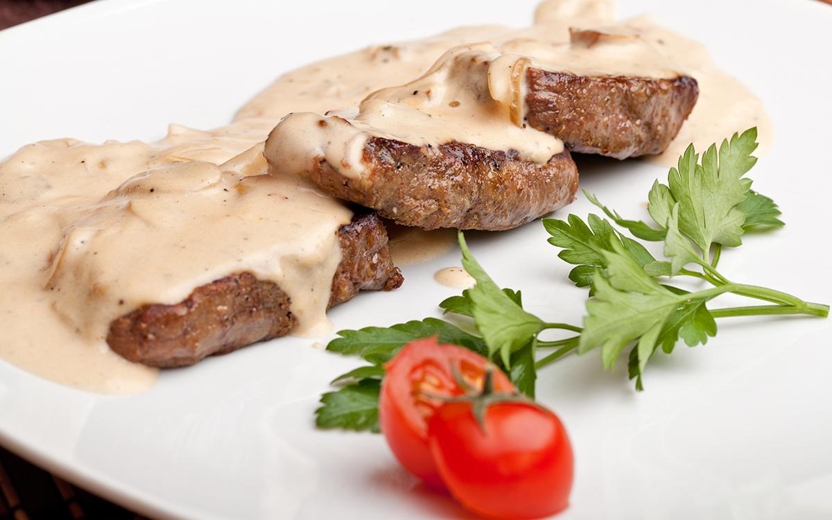 Carne al horno con bechamel de setas