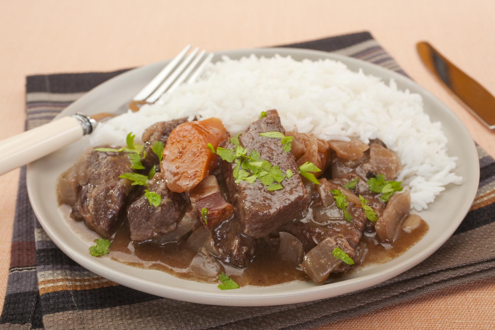 Carne guisada con zanahoria y arroz con coco