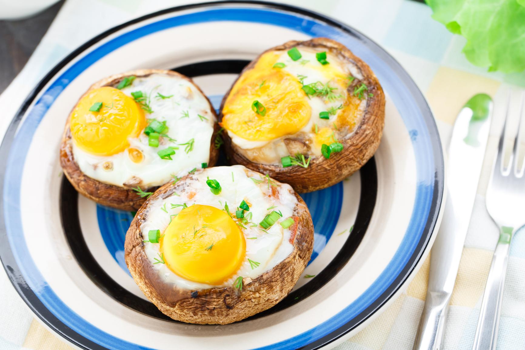 Champiñones rellenos con huevo de codorniz