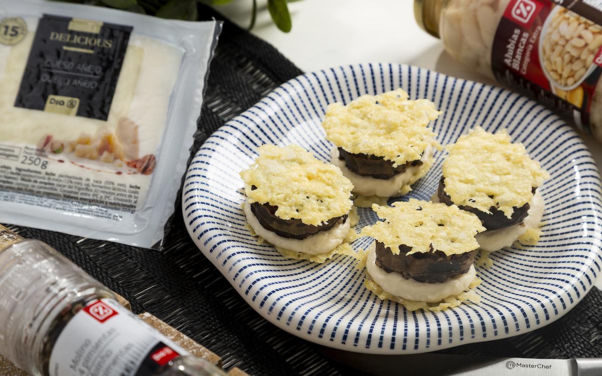 Chips de queso con crema de alubias y morcilla