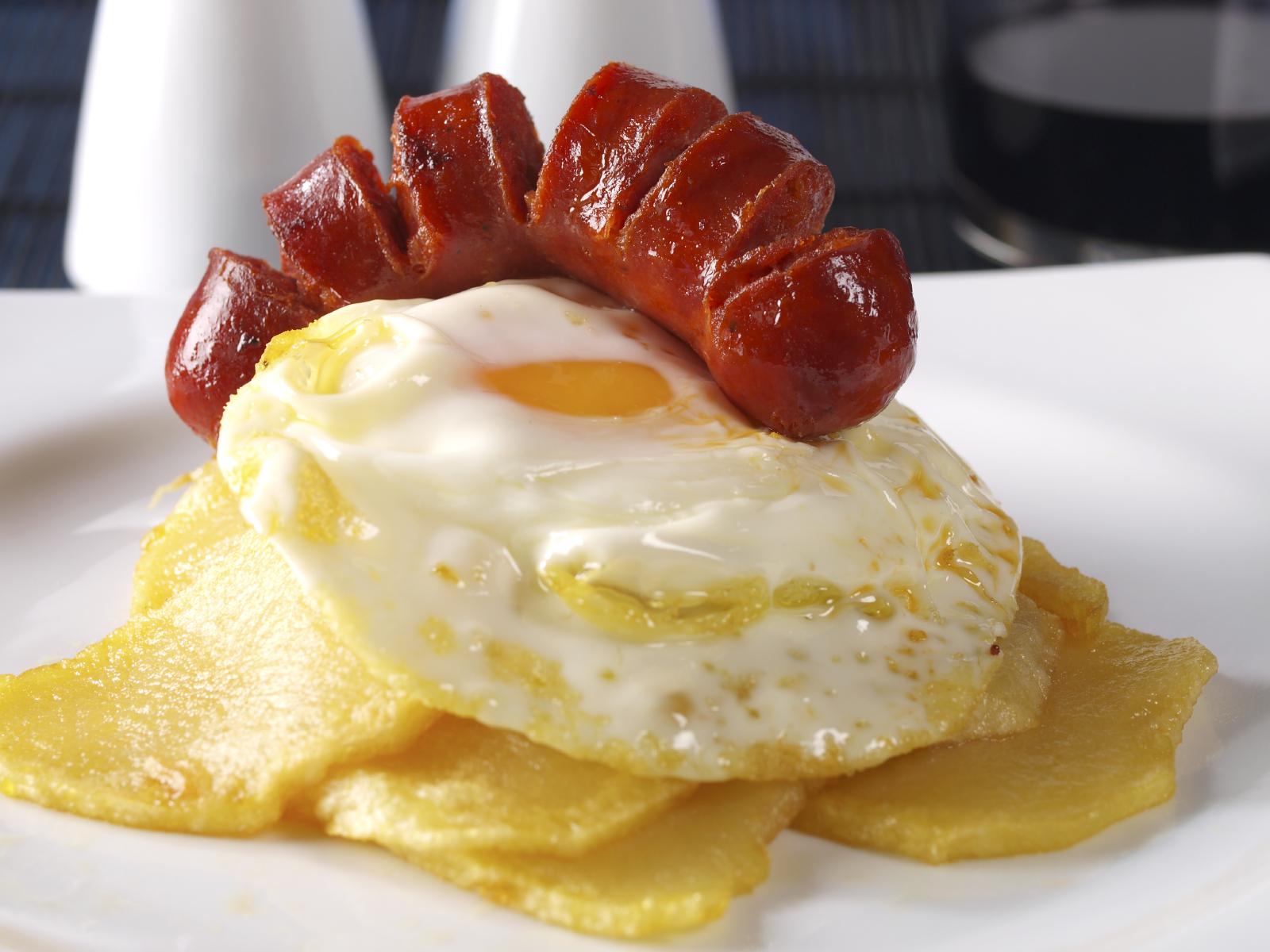 Chorizos criollos con pirámide de patata y huevo