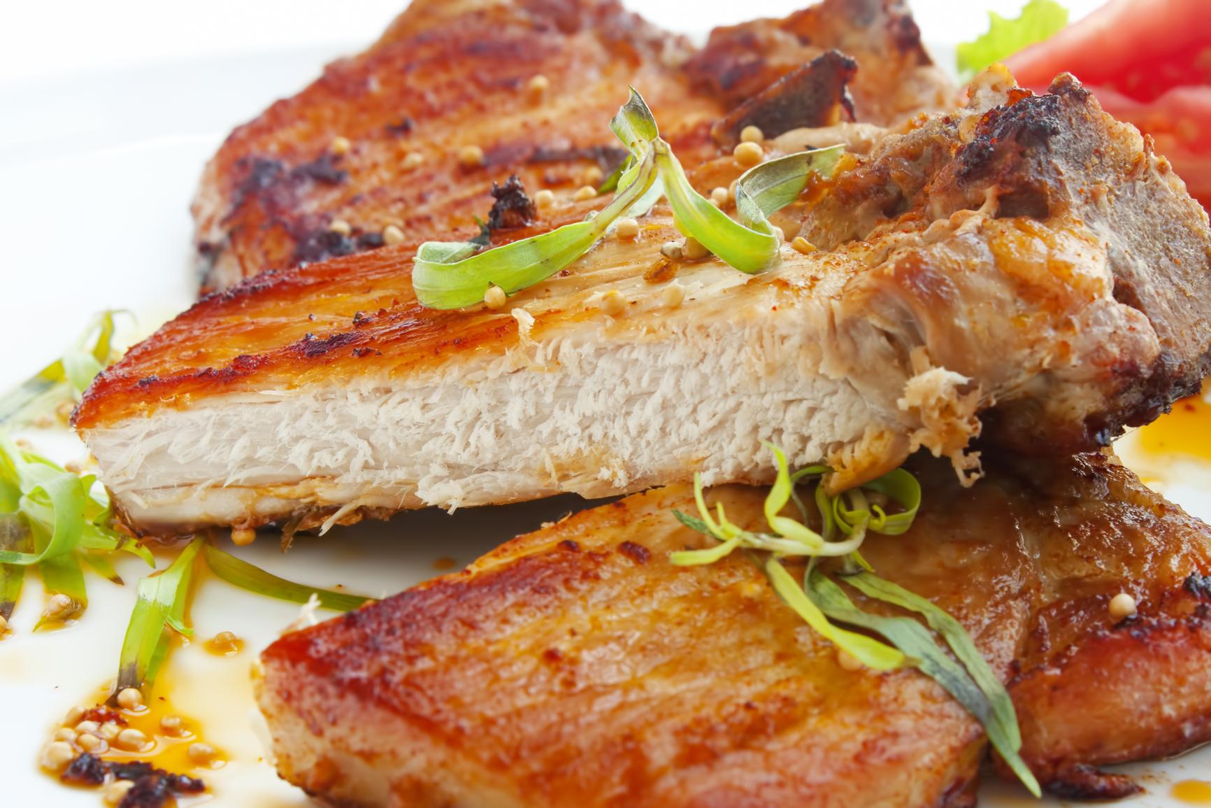 Chuletas de cerdo con salsa de mostaza y puerros