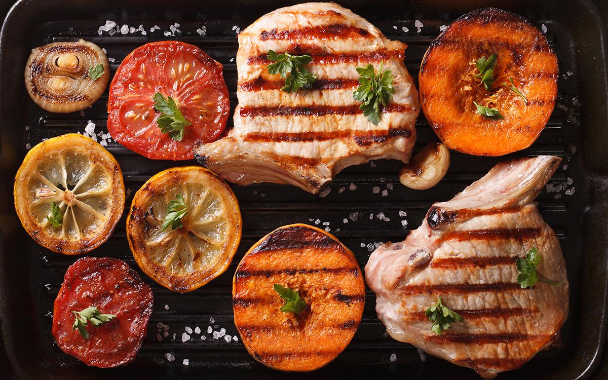 Chuletas de cerdo con verduras a la parrilla