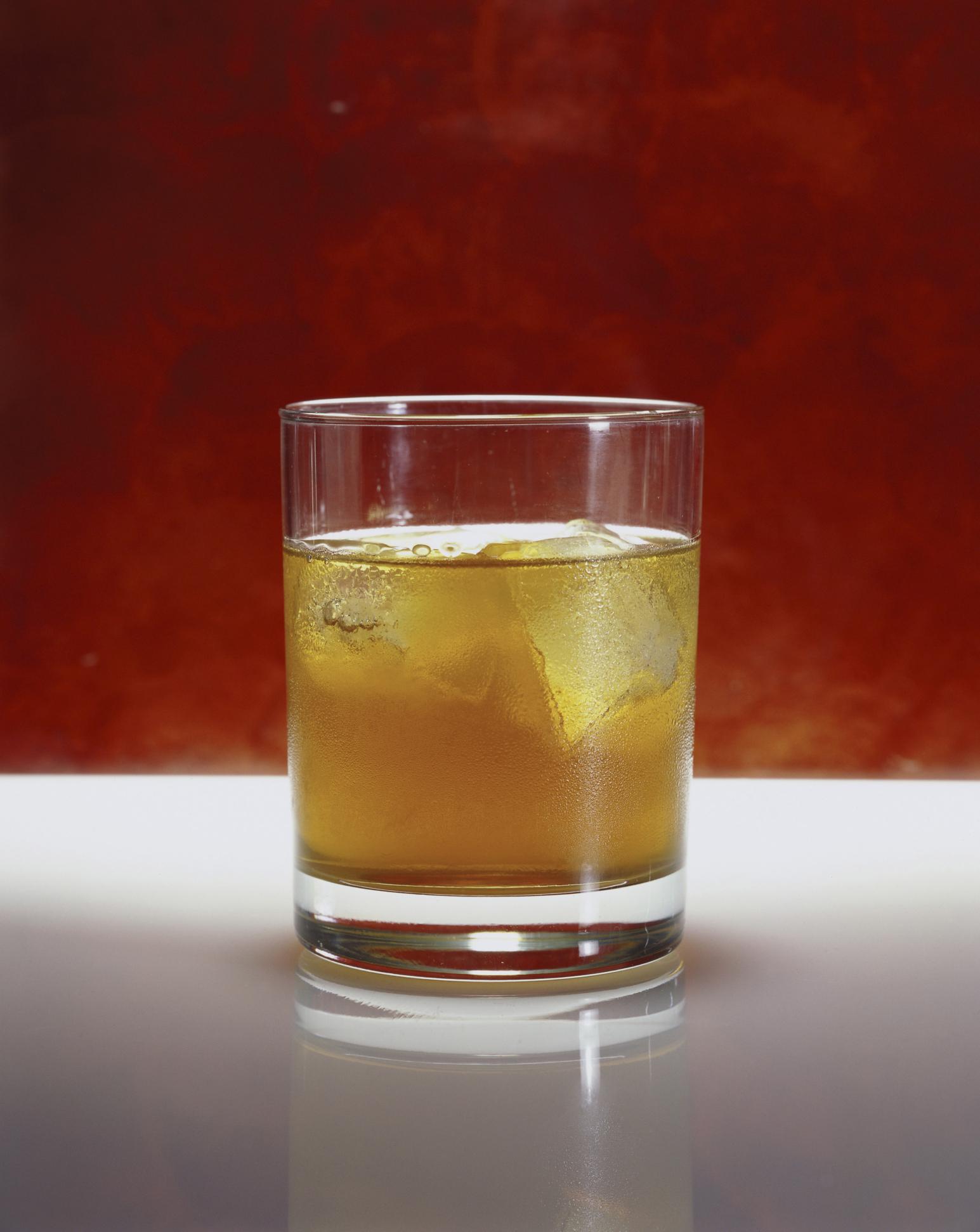 Coctel whisky con té de hierbas y miel