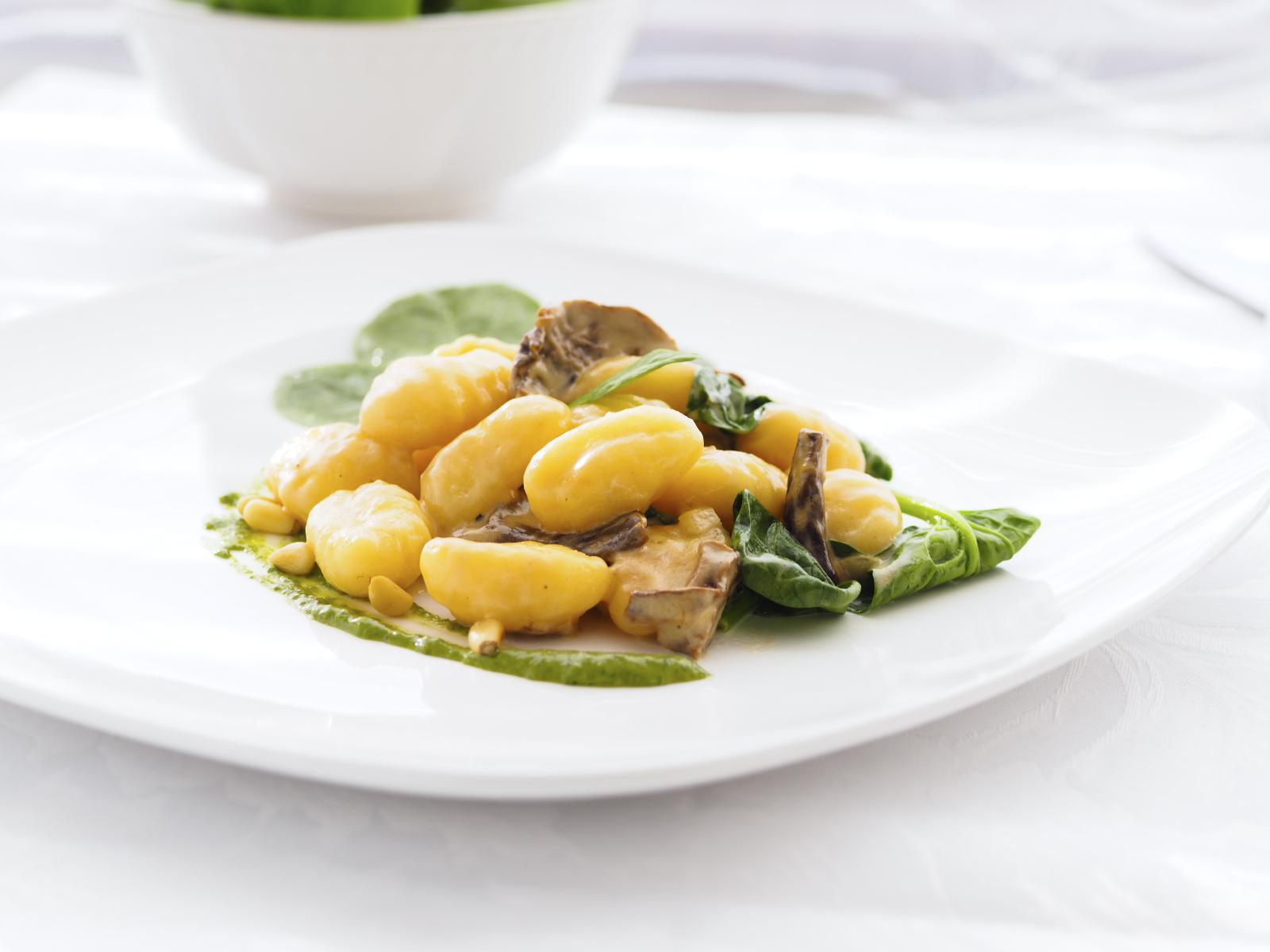 Ñoquis con salsa  de espinacas y piñones