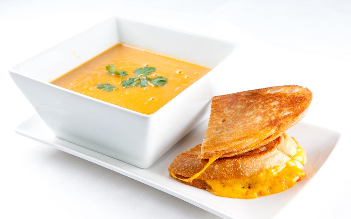 Crema de tomate y garbanzos con tosta de queso fundido