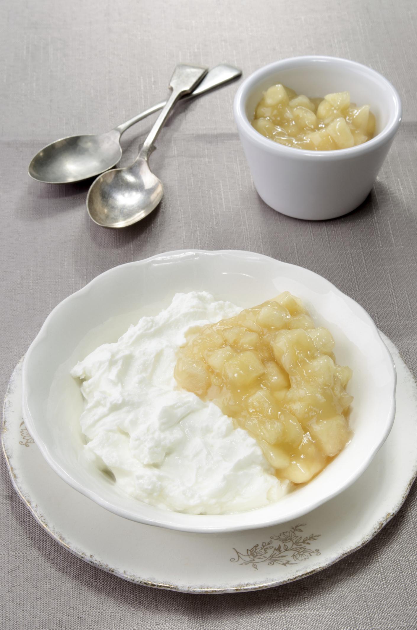 Crema suave de manzanas con yogur griego y canela