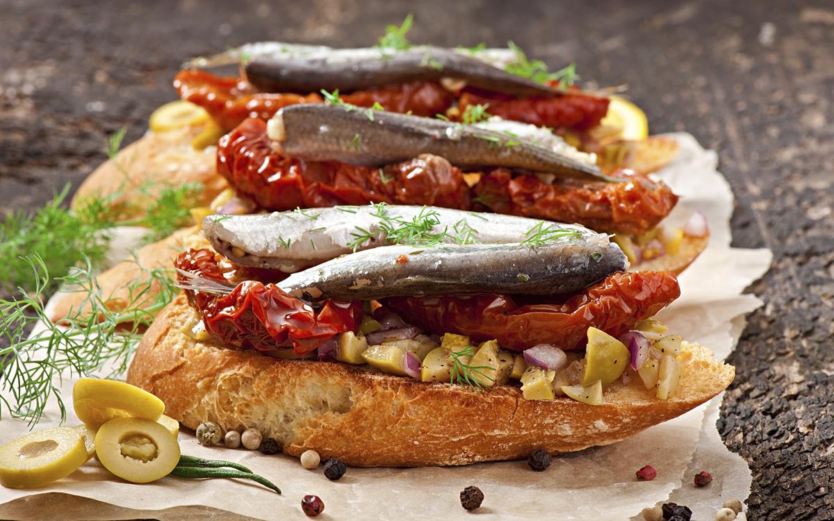 Crostinis de sardinillas y tomates en aceite
