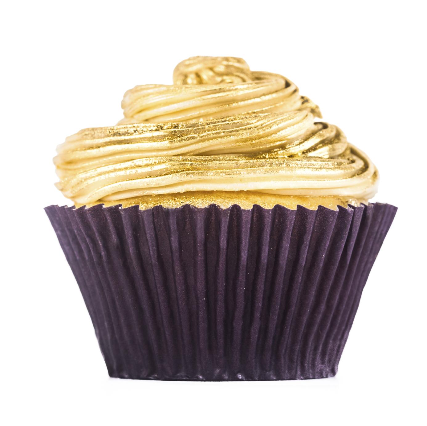 Cupcake cubierto de chocolate blanco y oro en polvo