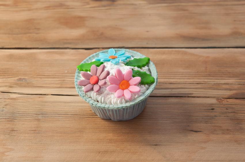 Cupcake de chocolate blanco con adornos de fondant