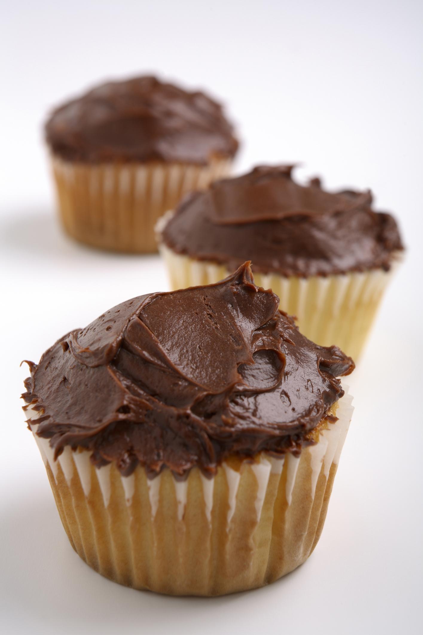 Cupcakes con chips y cubierta de chocolate