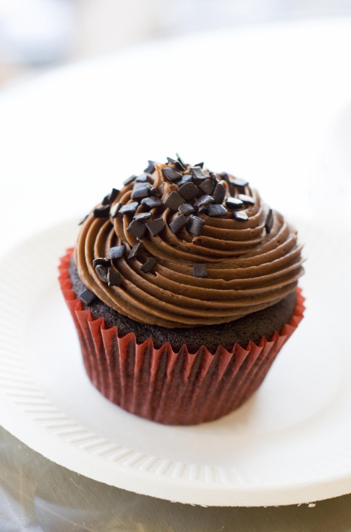 Cupcakes de chocolate con crema de chocolate y mantequilla