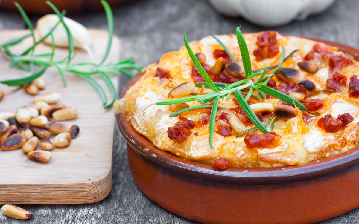 Dip de queso al horno con chorizo y piñones