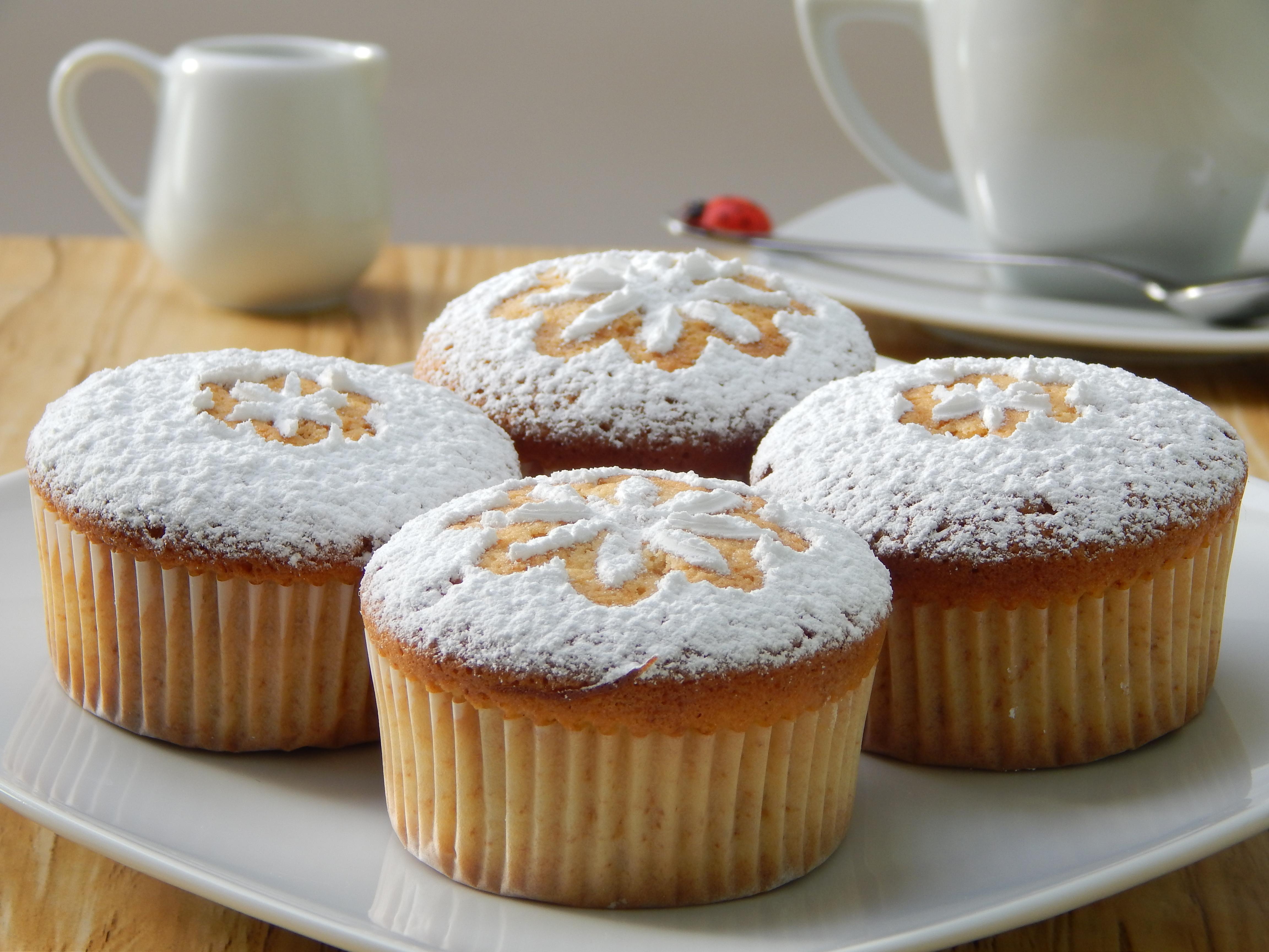 Muffins de chocolate blanco con corazón de frambuesa