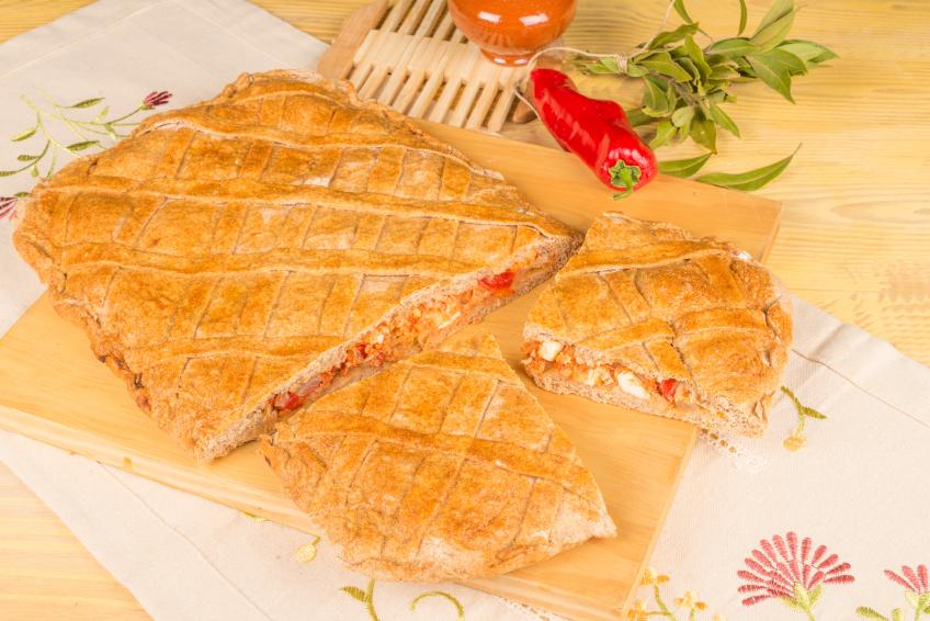Empanada gallega de atún, pimiento, cebolla y huevo