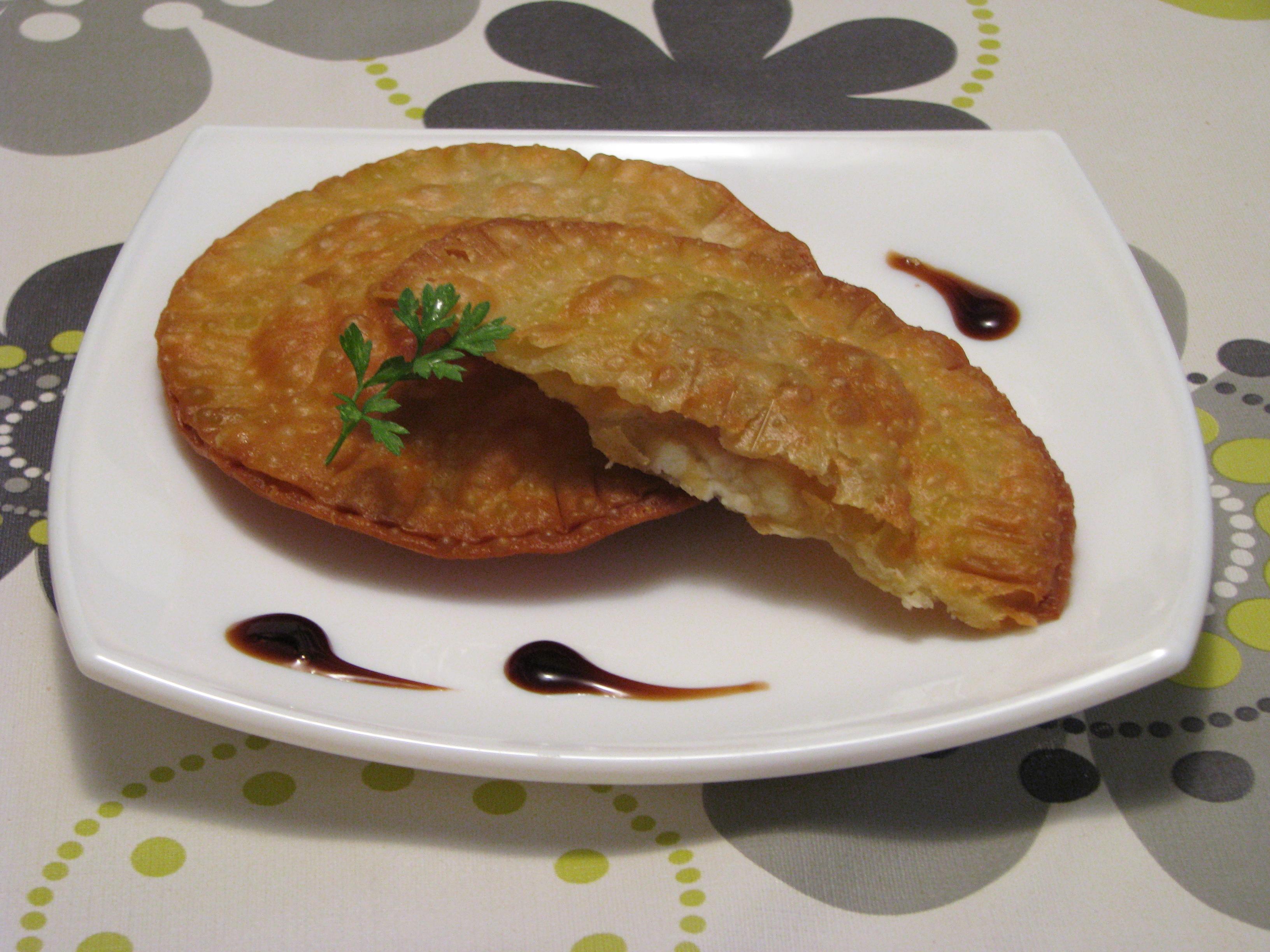 Empanadillas de queso de cabra, nueces y cebolla caramelizada