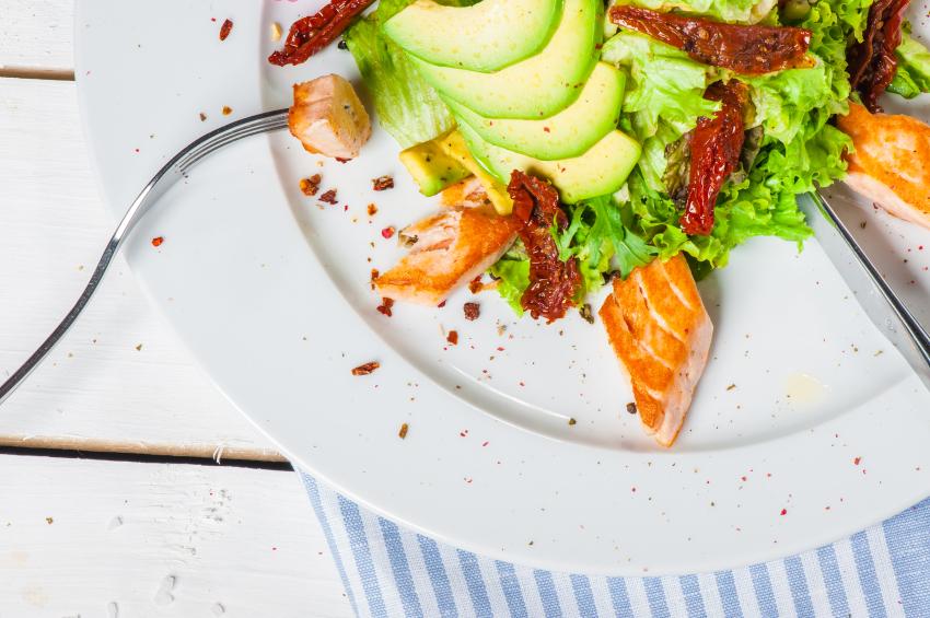 Ensalada de aguacate con salmón y rúcula