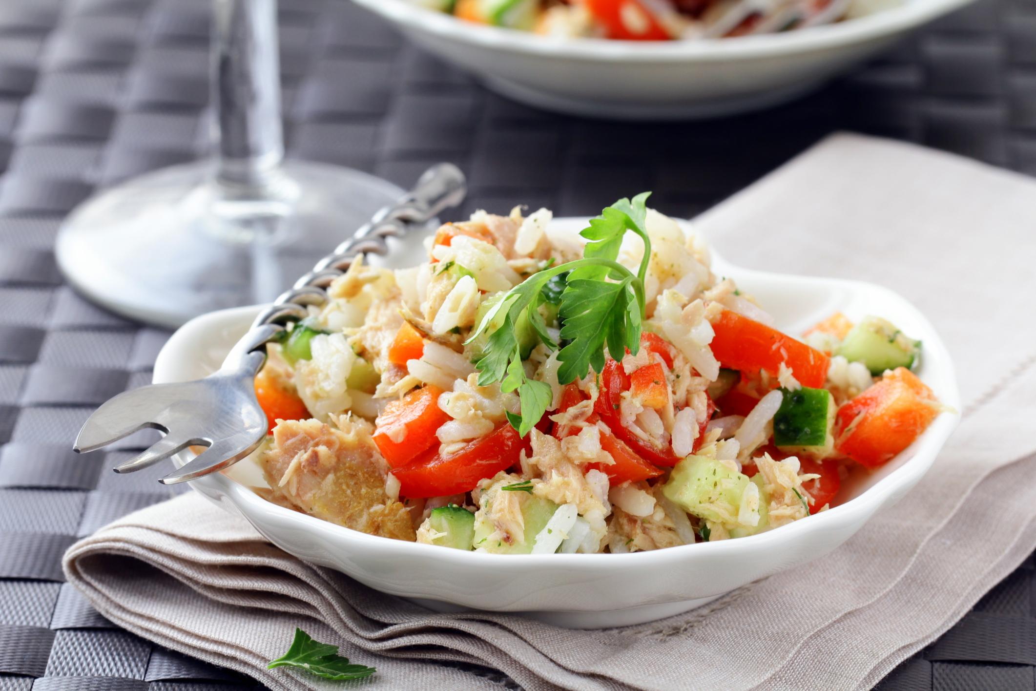 Ensalada de arroz blanco y atún