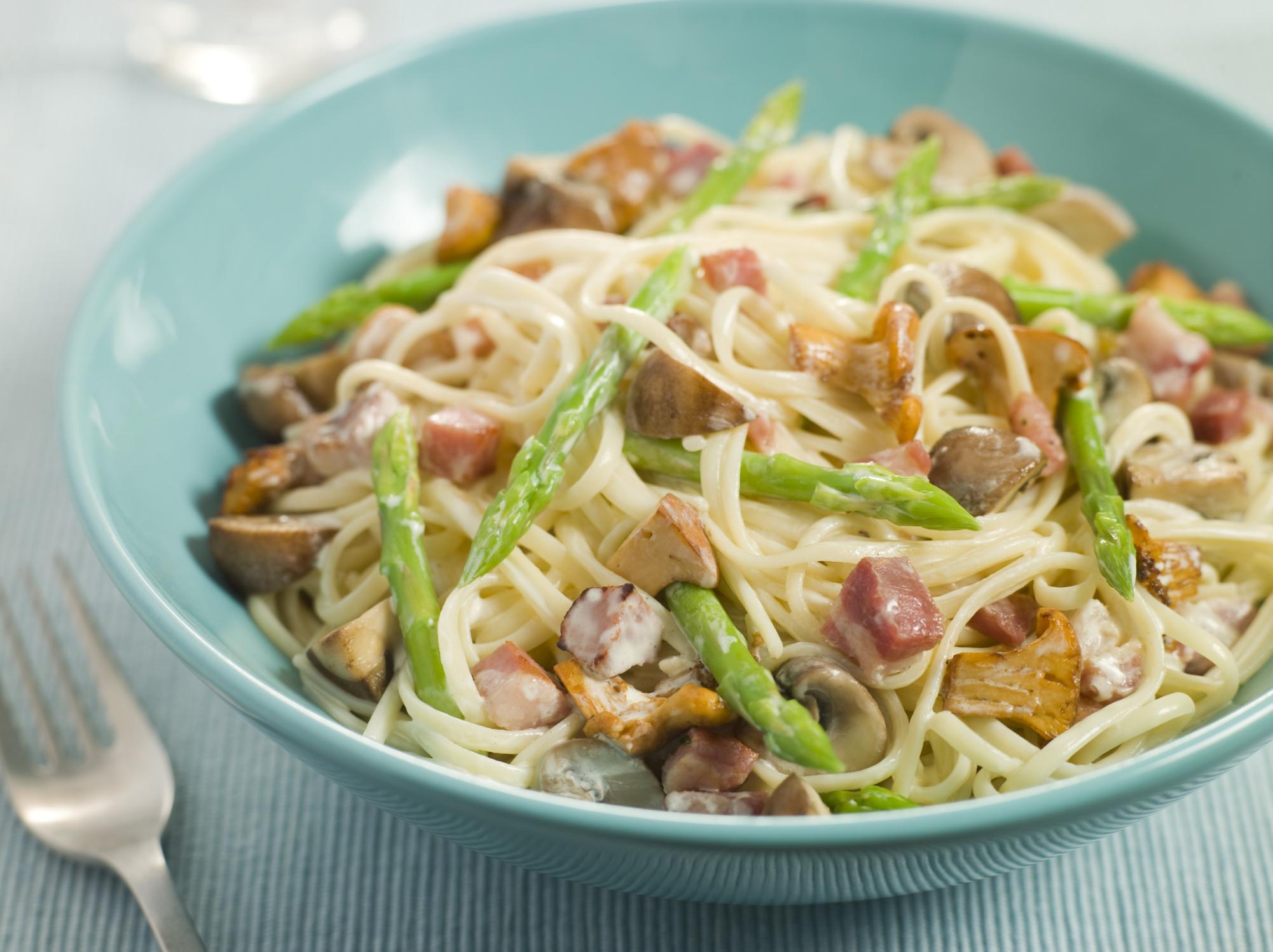Ensalada de espagueti con espárragos y setas