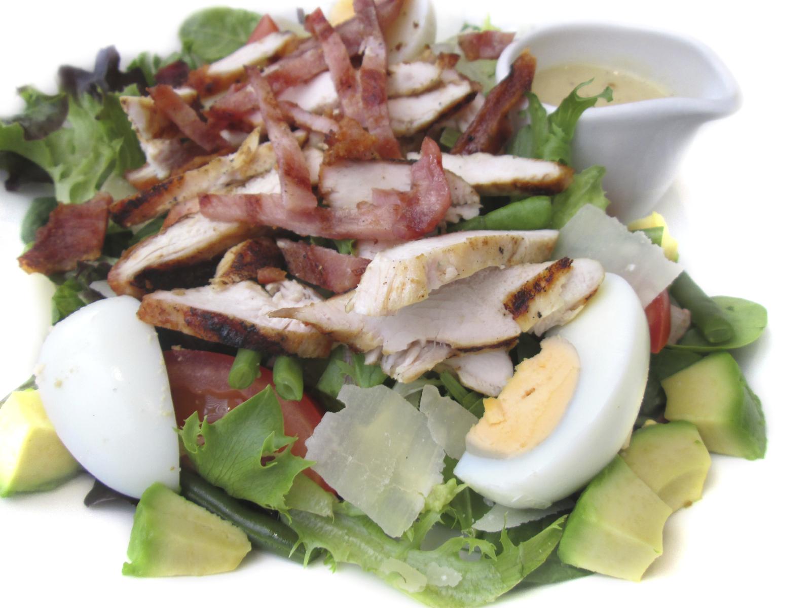 Ensalada de pollo y bacon con aguacate