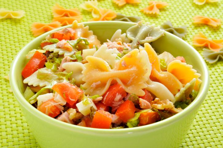 Ensalada de pasta vegetal, queso blanco, atún y huevo