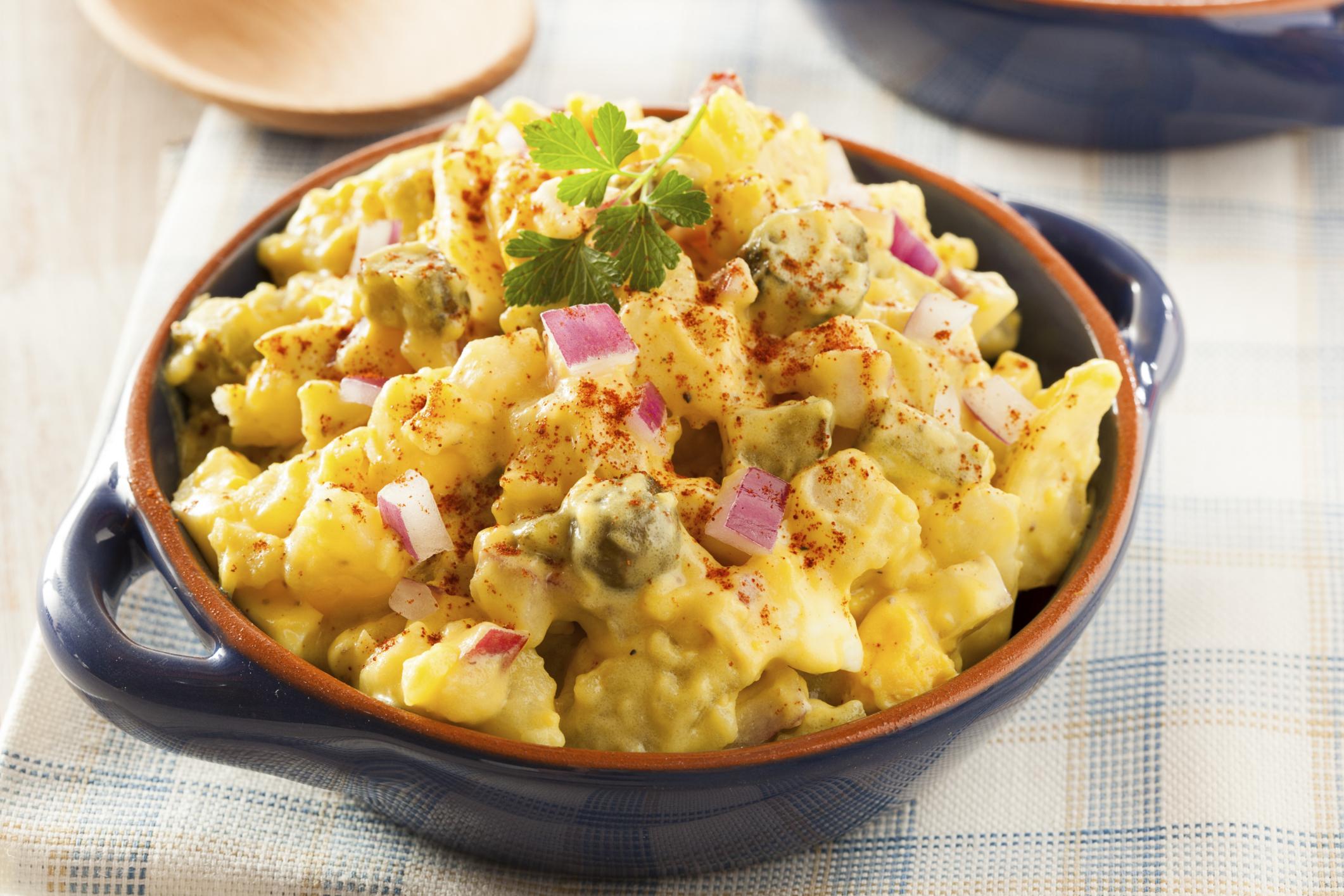 Ensalada de patata, huevo, apio y aceitunas