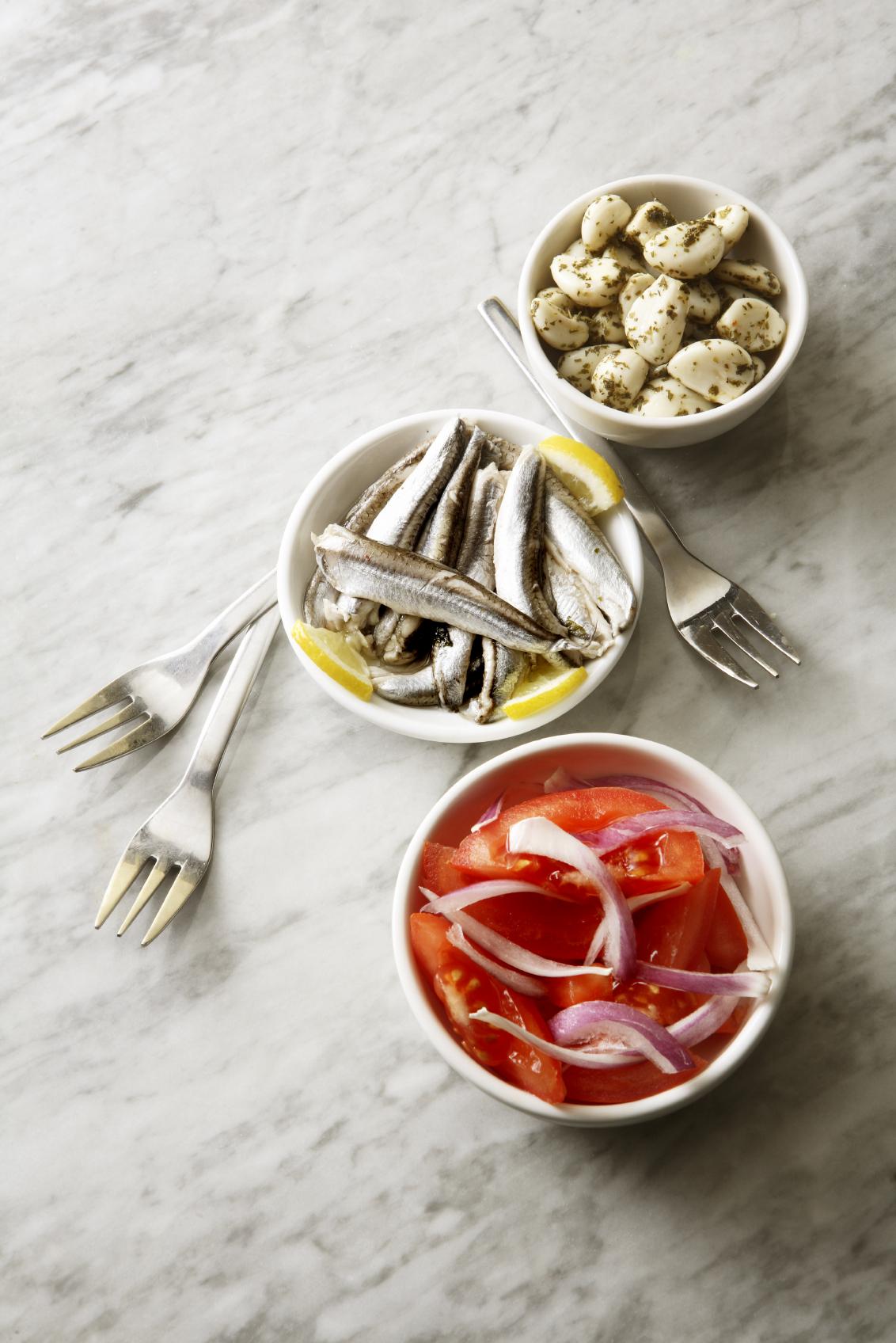 Aperitivo de ensalada roja con boquerones en vinagre