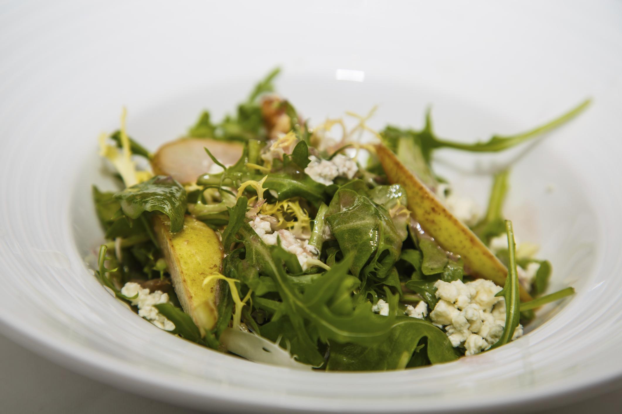Ensalada de rúcula, pera y queso gorgonzola