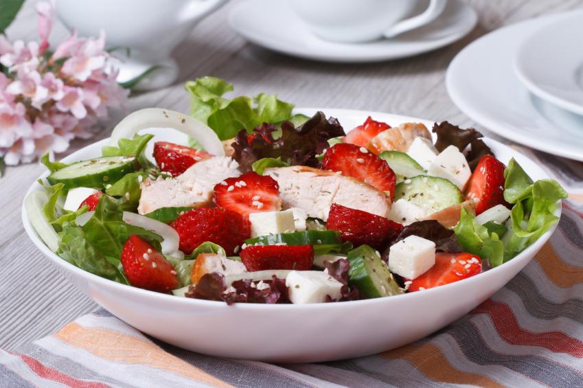 Ensalada templada con verduras y queso de cabra