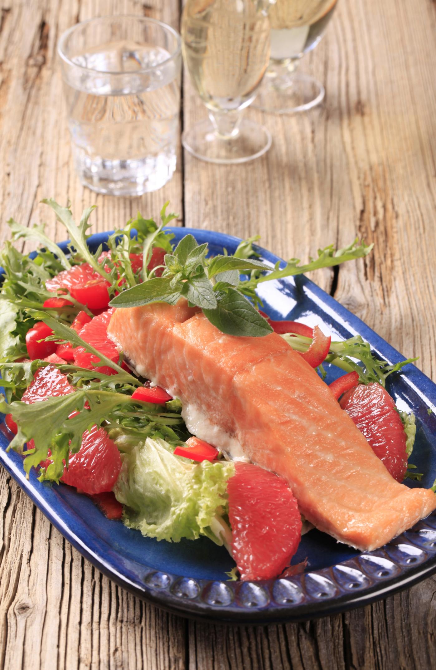 Ensalada templada de salmón y pomelo