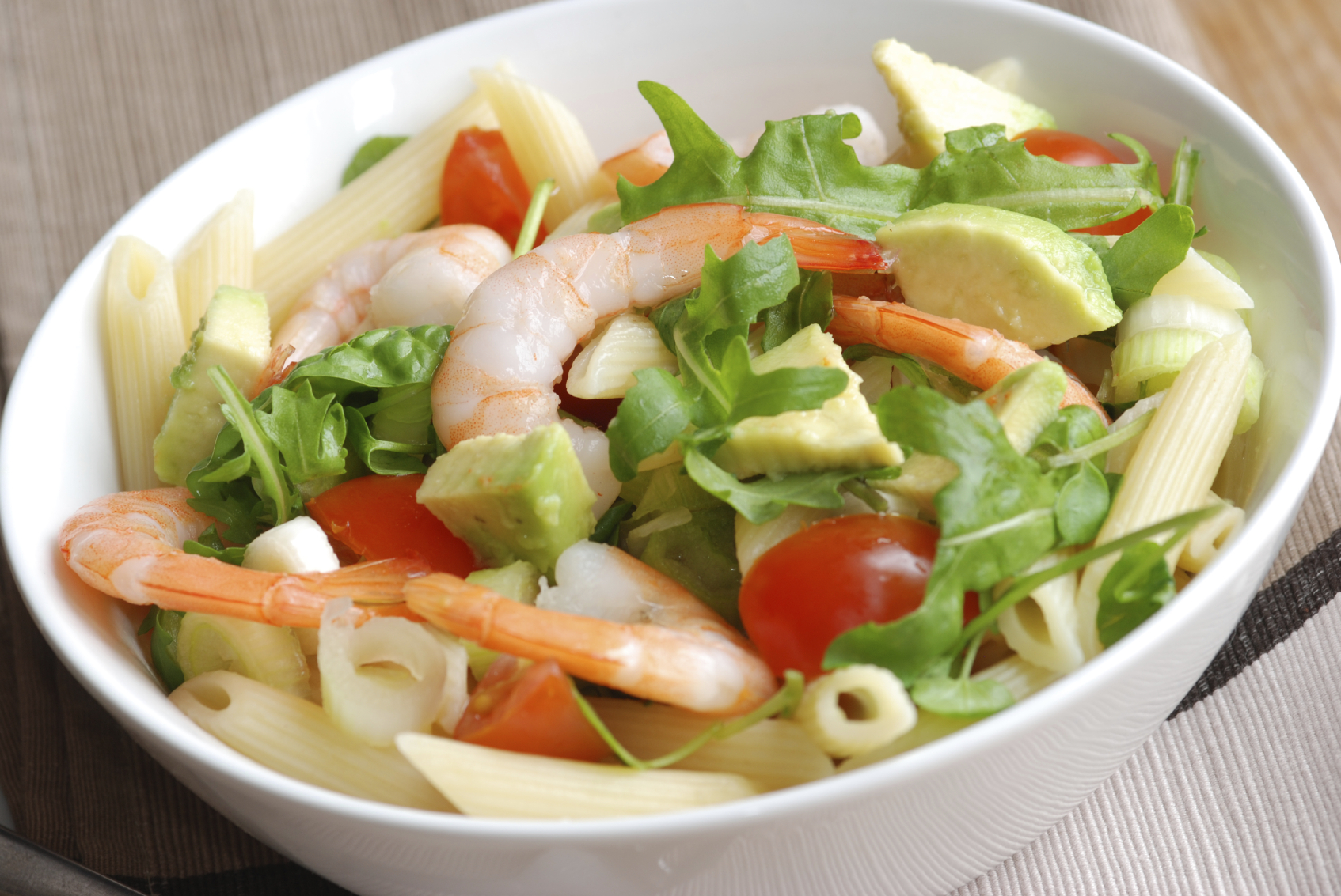 Ensalada vegetal con pasta y langostinos