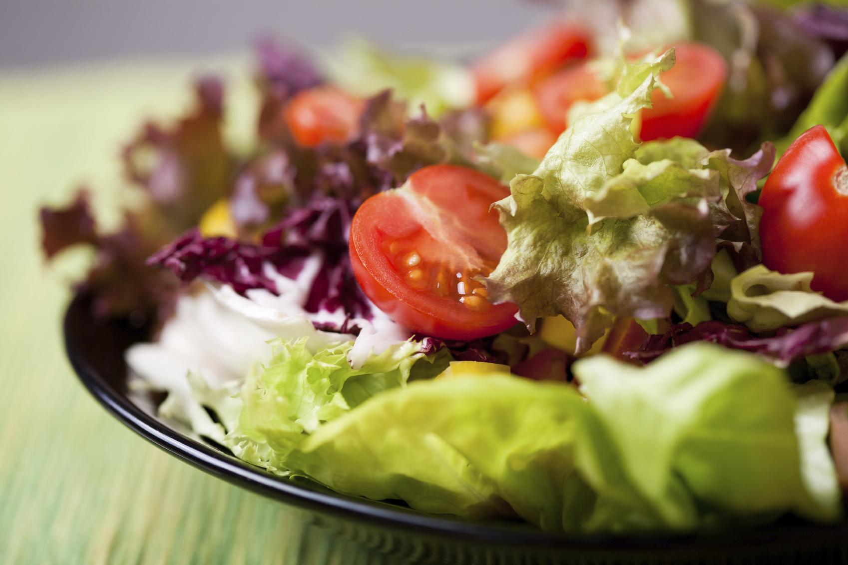 Ensalada vegetariana con salsa especial