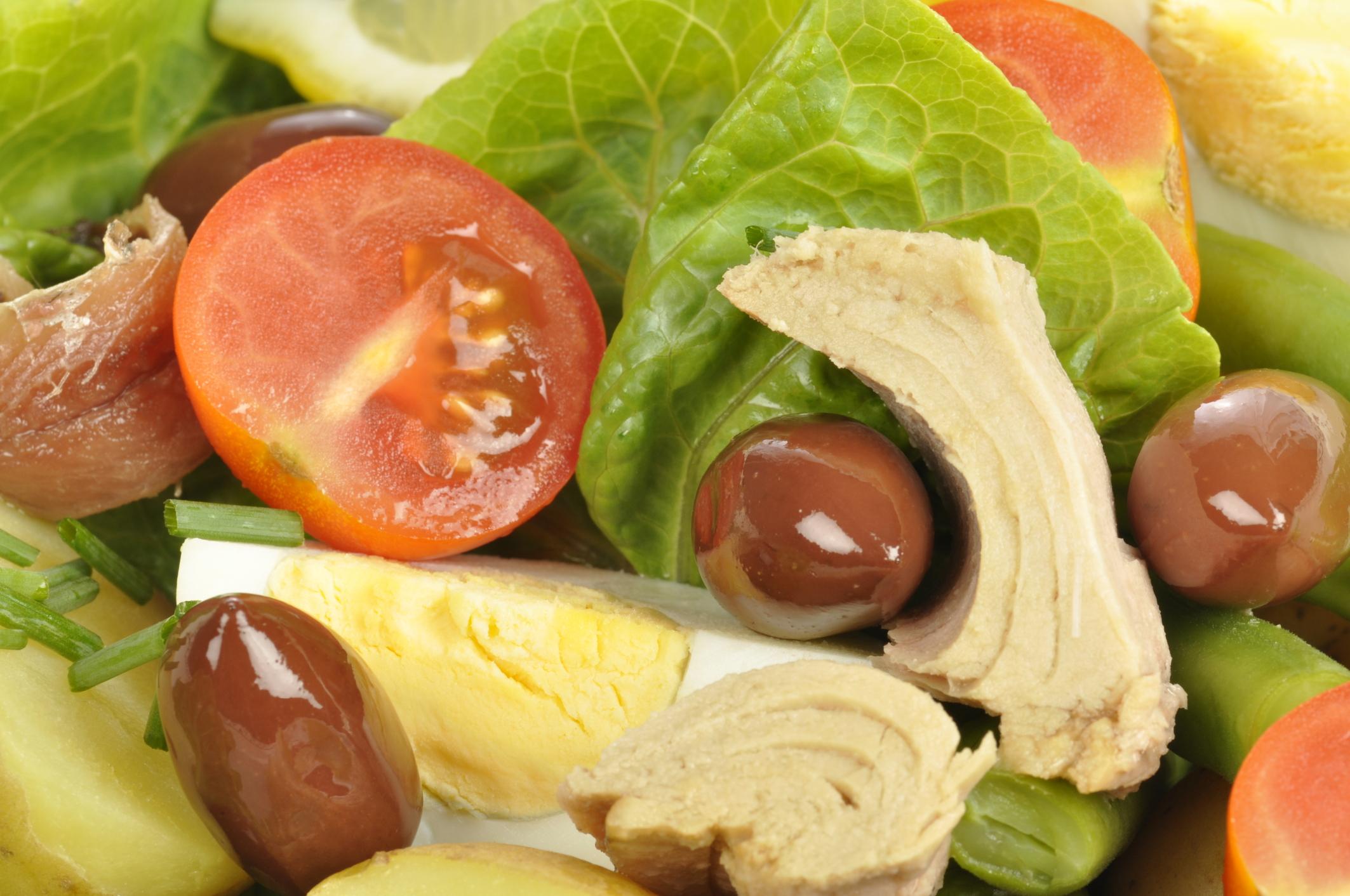 Ensalada de verano con patatas, verduras, atún y anchoas
