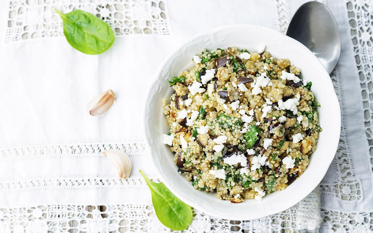Ensalada de espinacas, berenjenas y queso fresco con quinoa