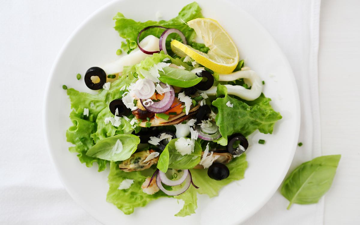 Ensalada de mejillones, calamares y aceitunas negras