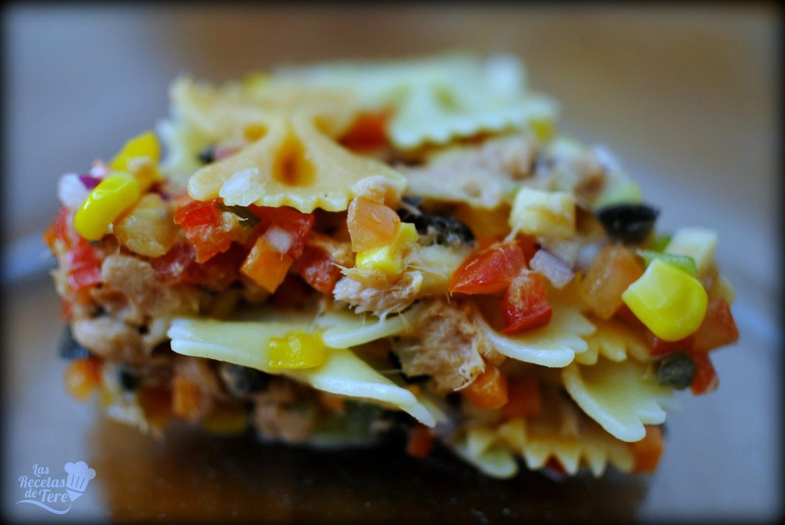 Ensalada de pasta, atún y vegetales.