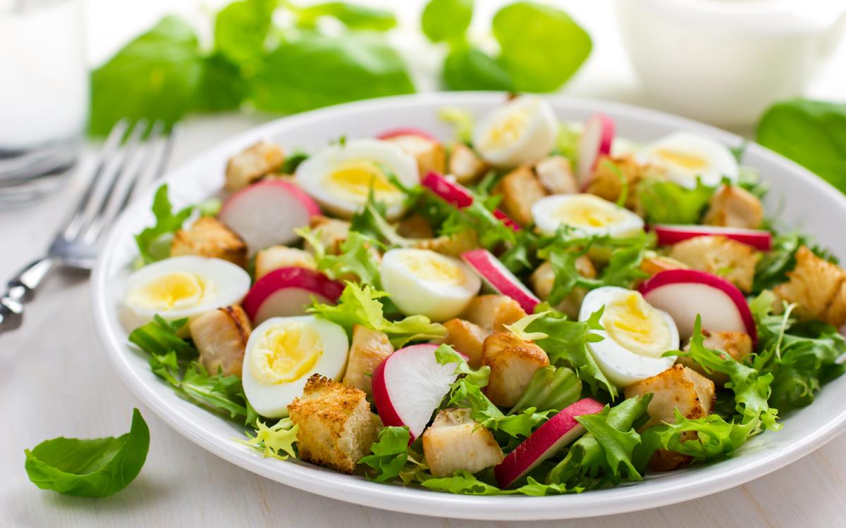 Ensalada de pollo, huevos de codorniz y croutons