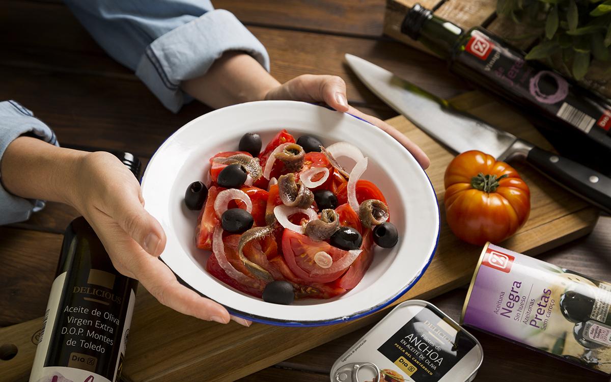Ensalada de tomate y anchoas con cebolleta