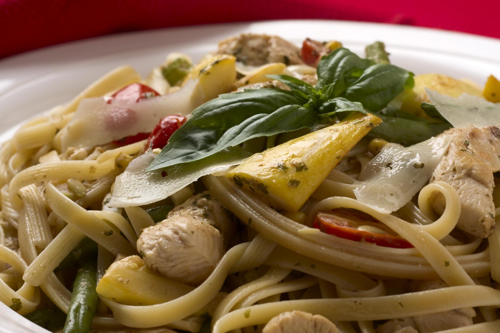Espagetti con verduras y pollo