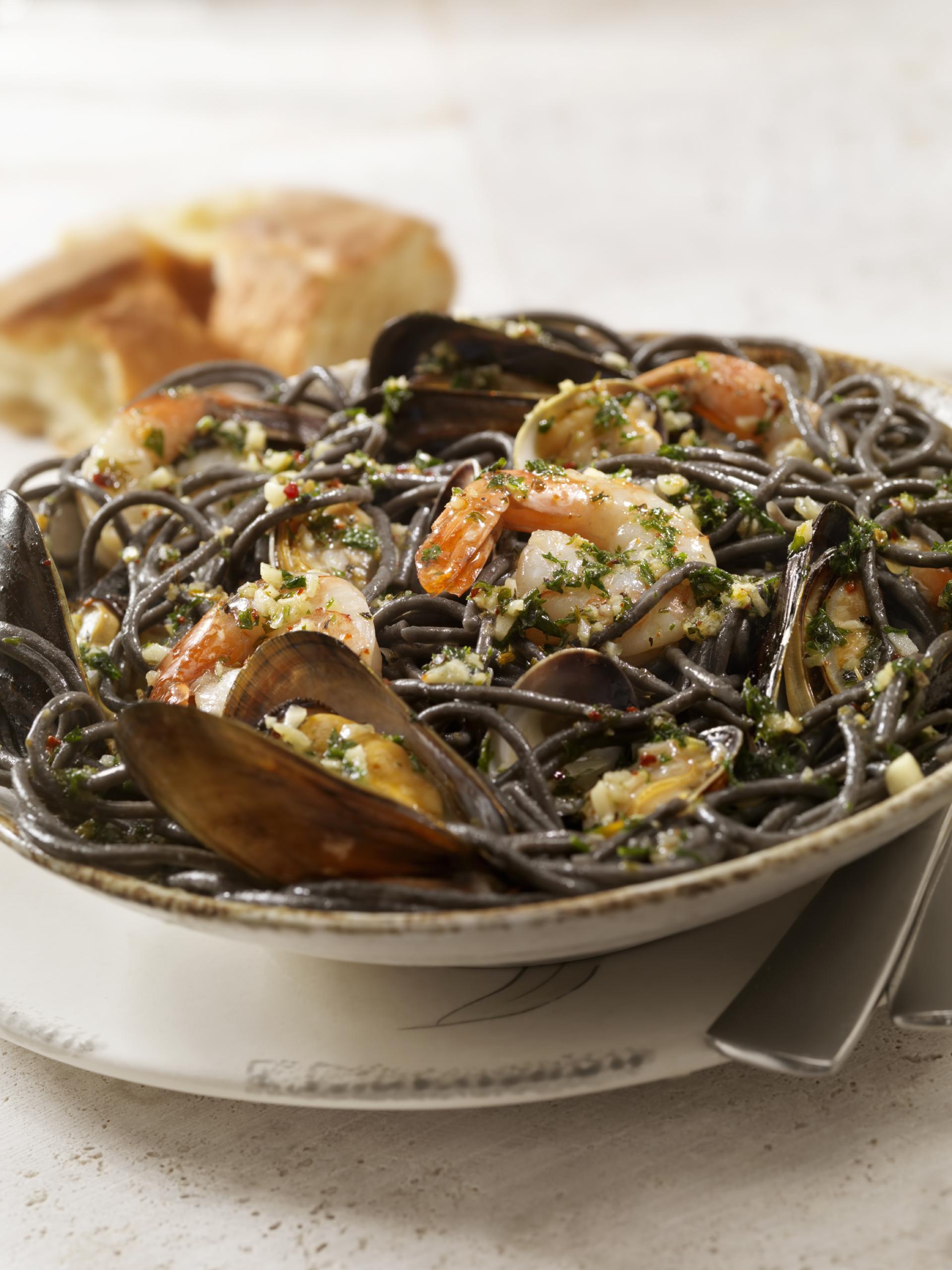 Espagueti negro con marisco