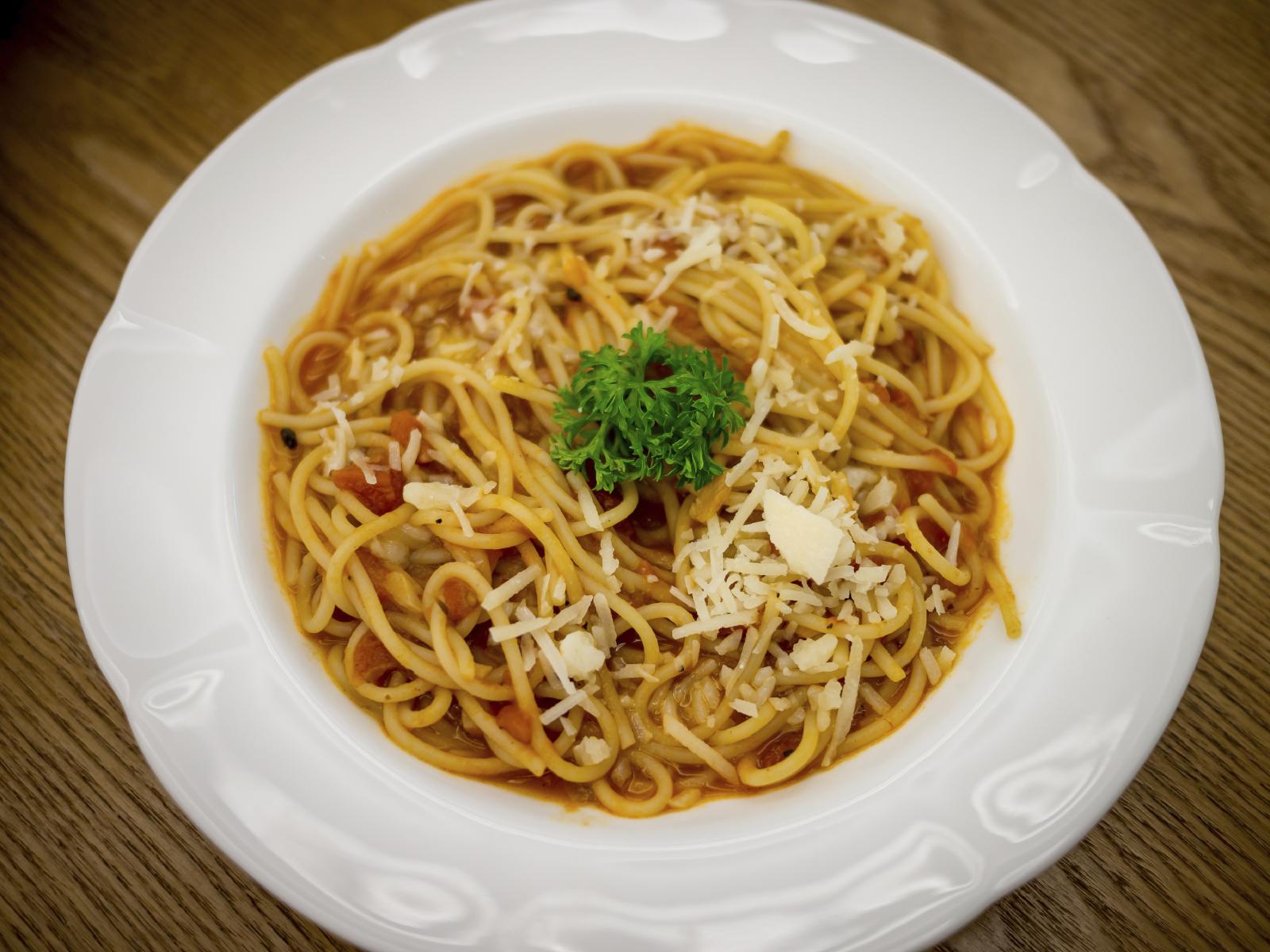 Espagueti con tomate y crema