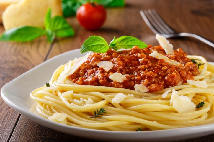 Espaguetis a la boloñesa y finas hierbas