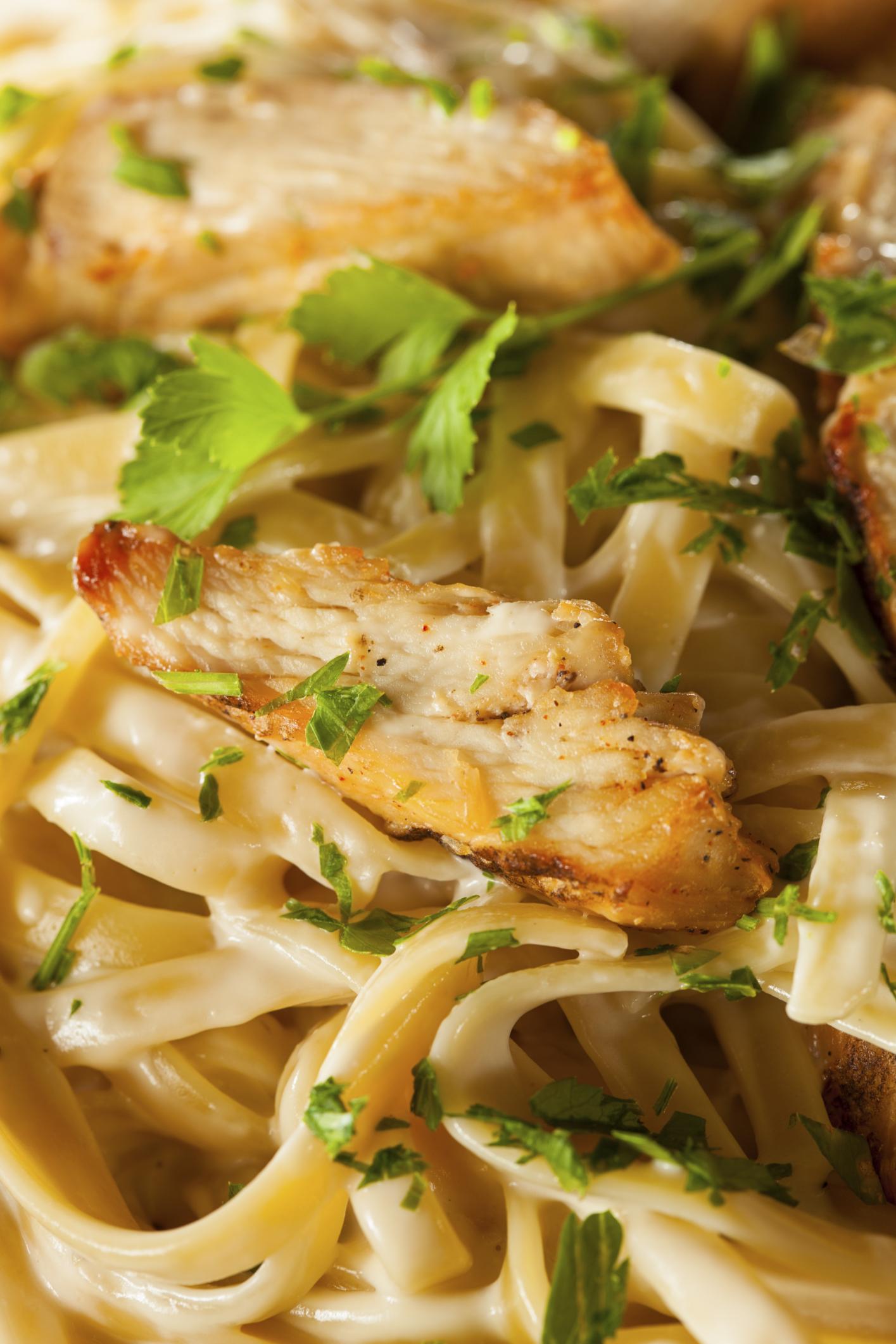 Espaguetis con acompañamiento de pollo