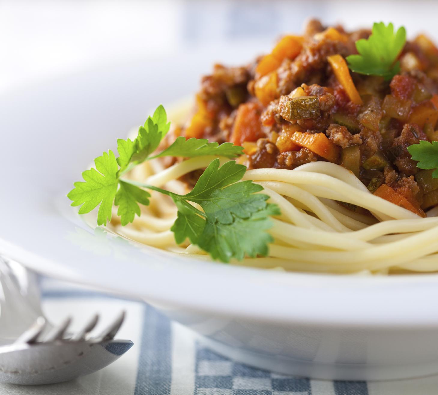 Espaguetis con carne, jamón y verduras