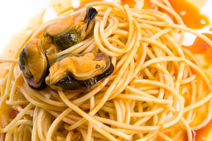 Espaguetis con mejillones en escabeche