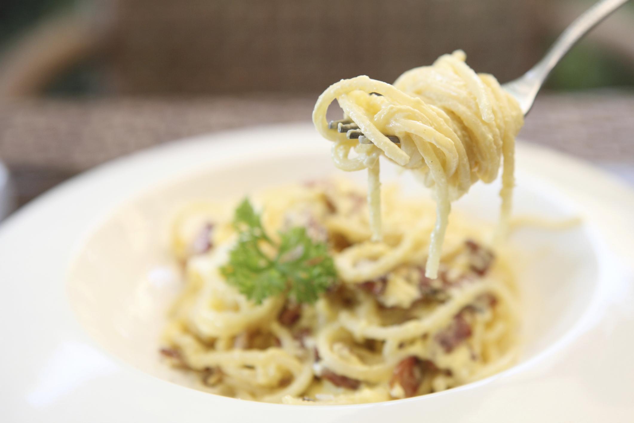 Espaguetis a la carbonara con gruyére